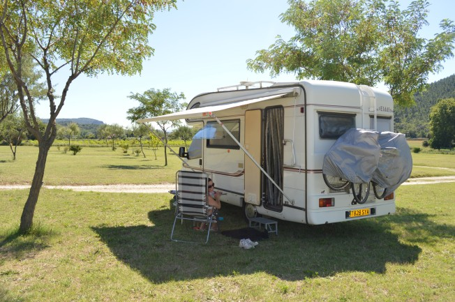 Our pitch under a small tree at Clansayes misnamed motorhome 'aire'.  Not much shade here.