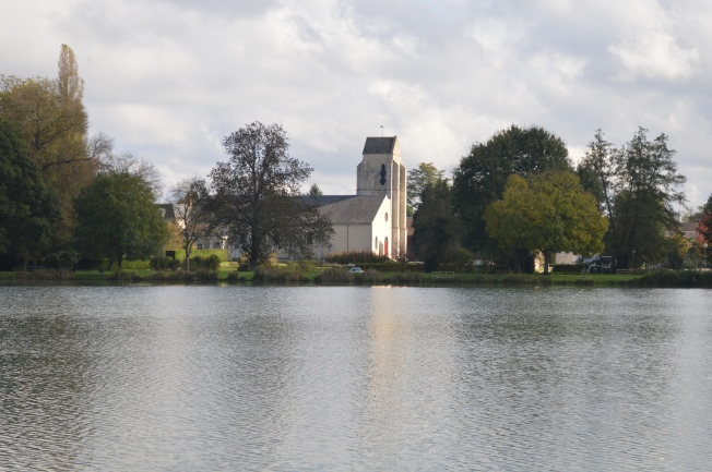 Round the lake at pretty Lailly-en-Val